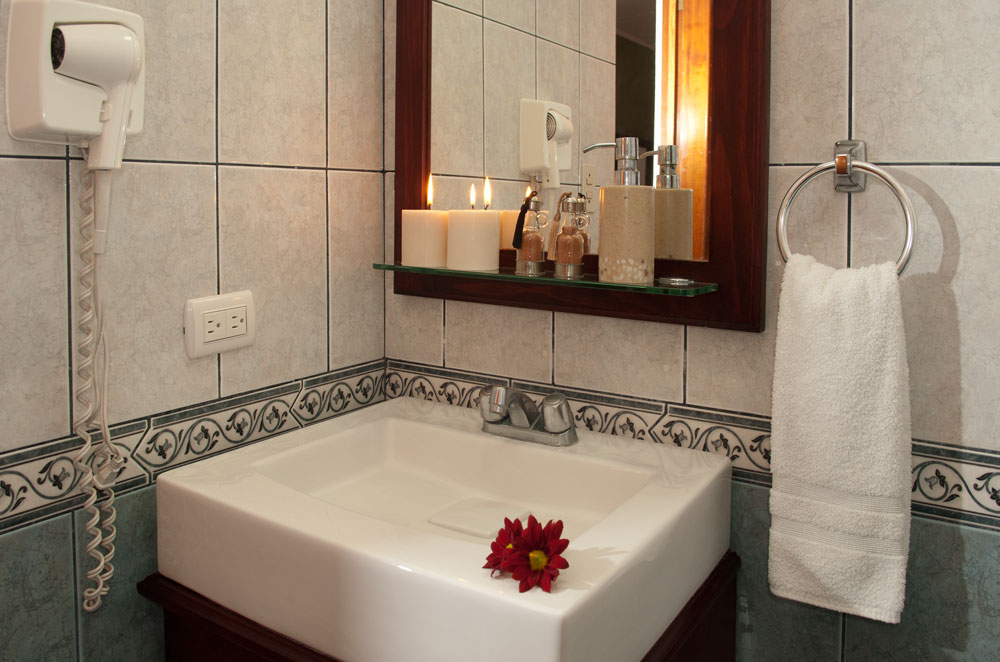 Bathroom for Standard Rooms at Hotel y apartaments La Sabana.