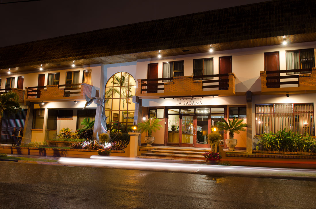 Facade of Hotel y apartaments La Sabana at night